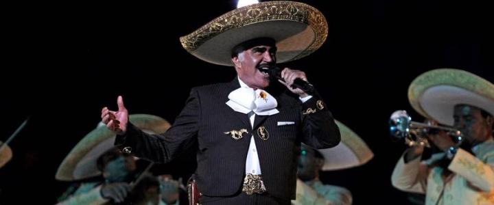 Polémica por video en el que Vicente Fernández le toca un seno a una fan