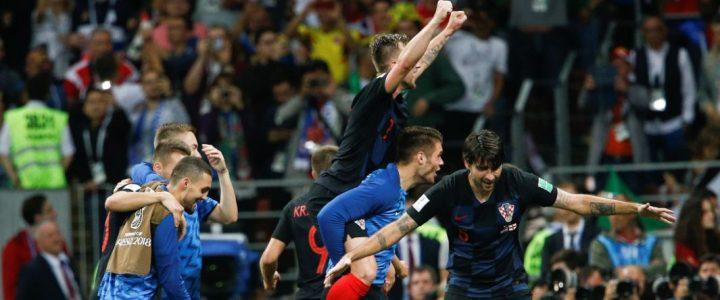 La épica celebración de los jugadores de Croacia en la semifinal al irse encima de un fotógrafo