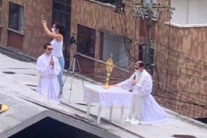 VIDEO: Sacerdote ofrece misa desde el techo de una iglesia