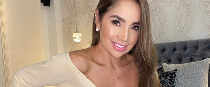 Con blusa transparente anda Paola Jara en esta cuarentena