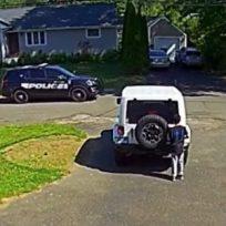 Niño afroamericano se esconde de policía por temor a actos racistas