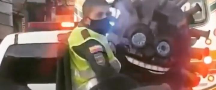 """Solo en Colombia: policías """"atrapan"""" al coronavirus y el video genera burlas en redes sociales"""