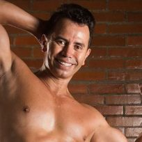 Por comentario en redes, Johnny Rivera aclara si es homosexual