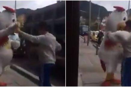 Hombre baila con un pollo _ Foto_ captura video