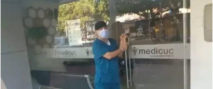 Médico se encadenó a la puerta donde trabaja porque le deben más de 12 millones de pesos