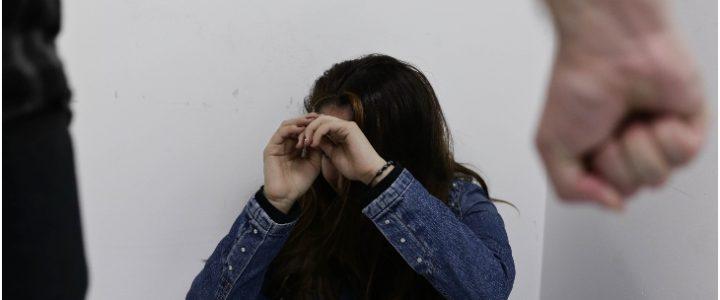Video: Hombre le tumbó tres dientes a su novia tras brutal escena de celos