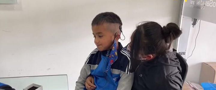 Niño pudo volver a escuchar gracias a un aparato especial que le donaron