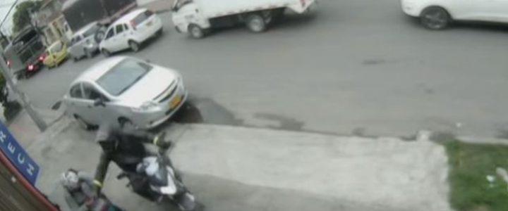 Video: pilas con este hombre en moto que roba celulares en Bogotá