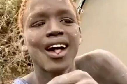 Joven africano prueba por primera vez en chocolate