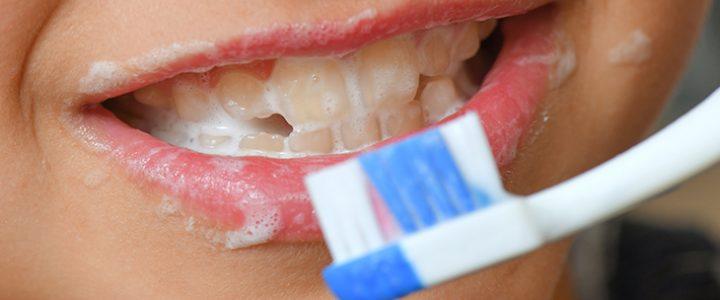 ¿Es mejor cepillarse los dientes antes o después de desayunar?