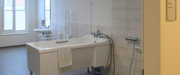 Azafata hallada muerta en la bañera de un hotel habría sido violada por varios hombres
