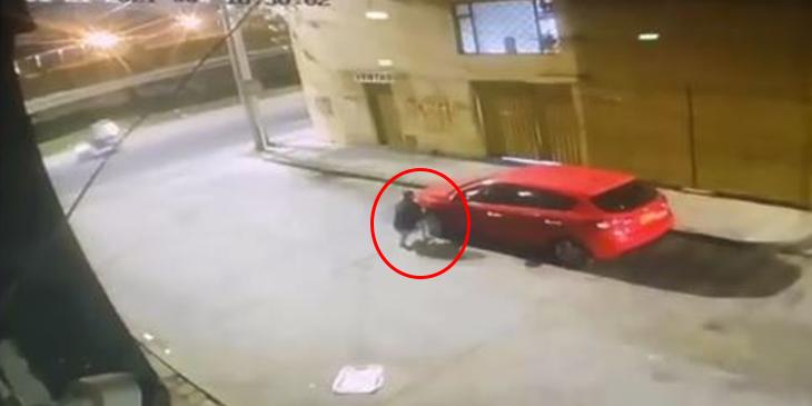 Hombre huye cuando suena la alarma del carro foto captura video