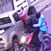 Enfrente de la policía, ladrones roban a una familia en Bogotá