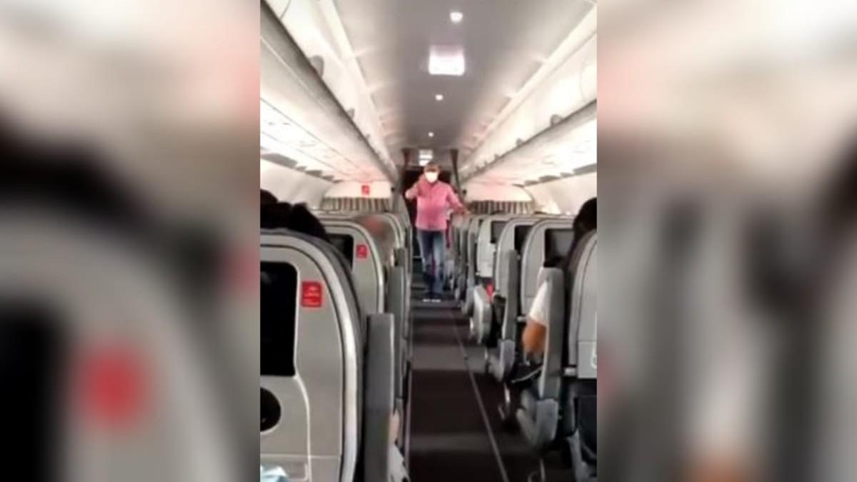 Hombre invita a movilización pacífica de la Reforma Tributaria en un vuelo
