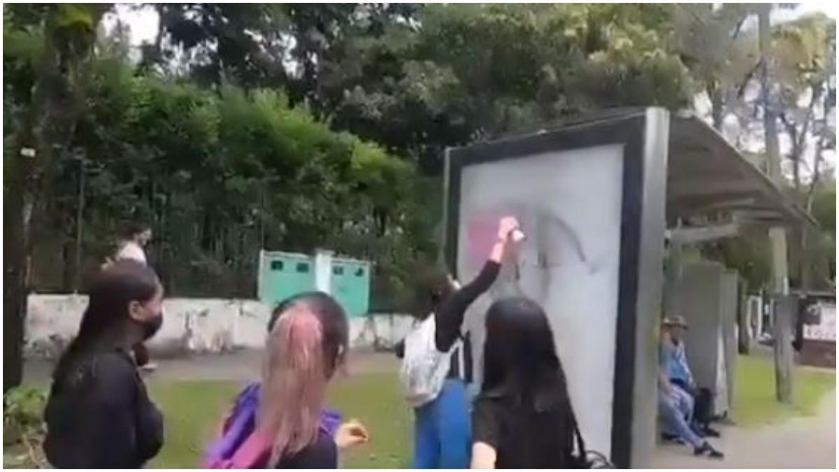 Mujeres dañando paradero en Ibagué _ Foto_ captura de video