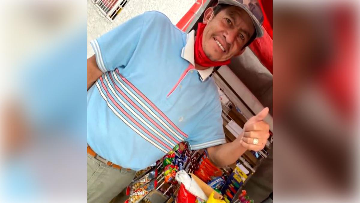 Vendedor ambulante recibe productos para su negocio Foto Tropicana