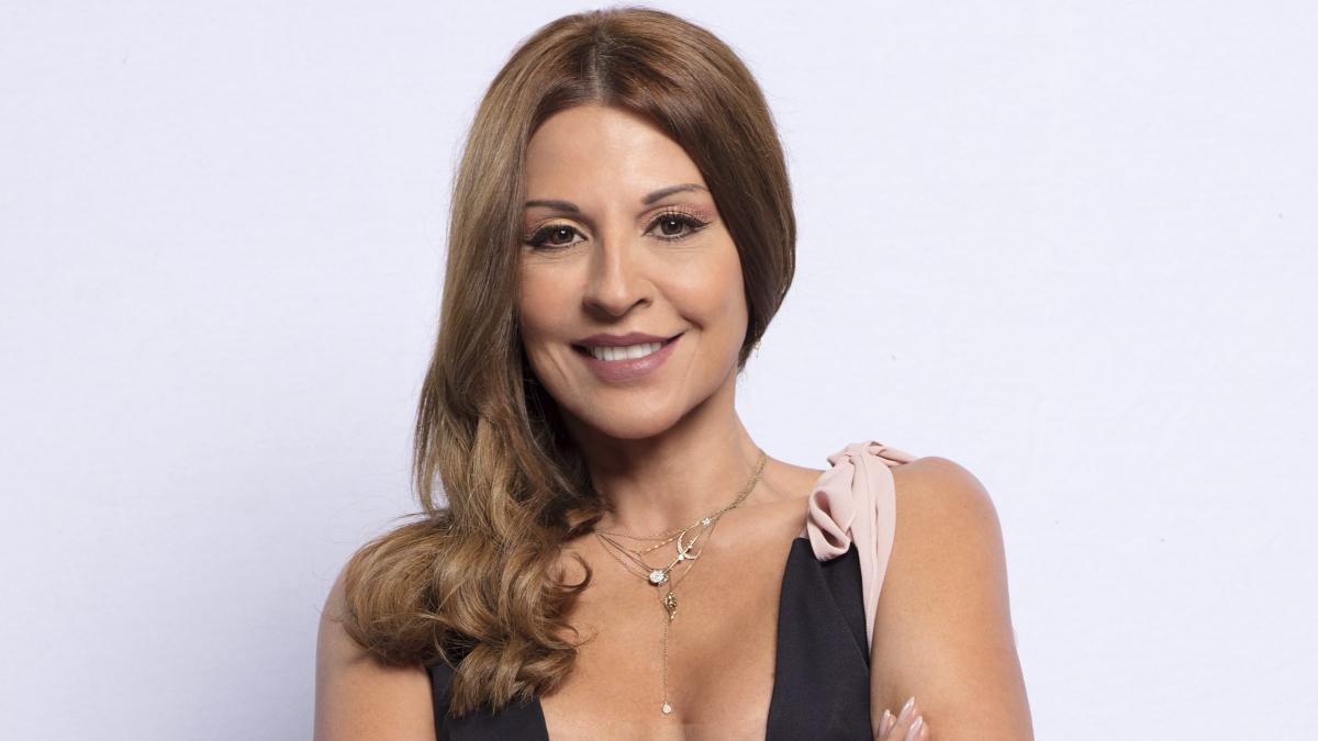 Con ropa sexy, Amparo Grisales mostró el brazo que se quebró