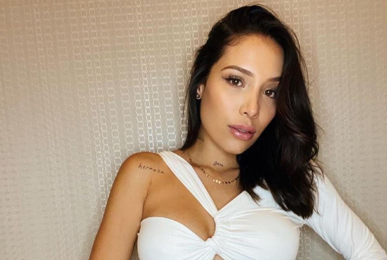 Luisa Fernanda W se quitó el sostén para mostrar que Máximo la muerde
