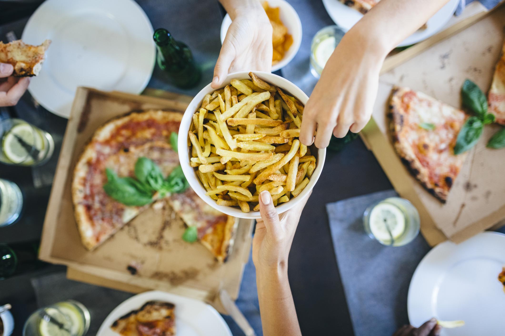Mujer demandó a sus jefes por no invitarla a comer pizza y ganó millonaria indemnización