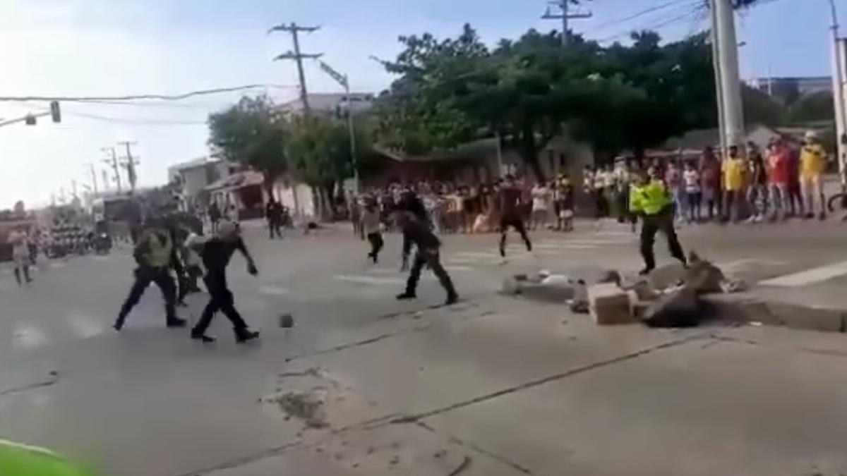 Policías y manifestantes disuaden una aglomeración con un partido de fútbol